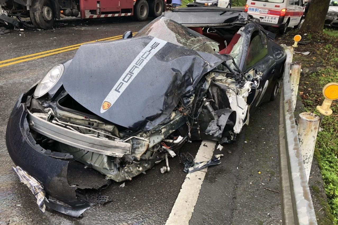 天雨路好滑 保時捷911北宜公路撞大貨車