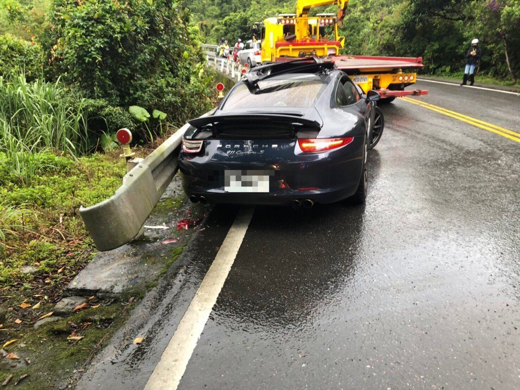 北宜公路今傳名車車禍,保時捷撞毀。圖/翻攝畫面
