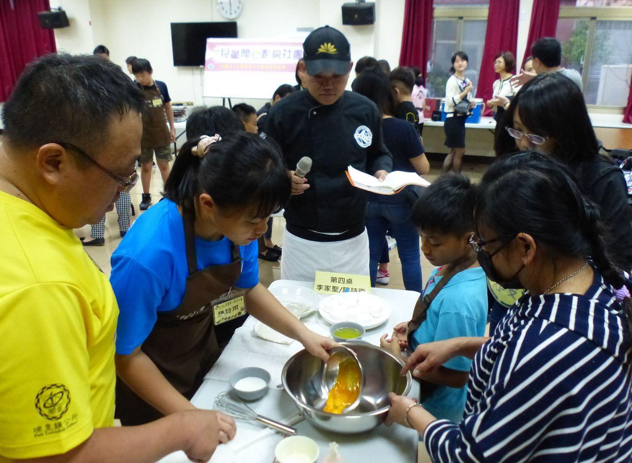 「兒童開心廚房」社團日前舉辦親子共廚,由主廚黃鴻華(中)教授製做舒芙蕾甜點技巧。...