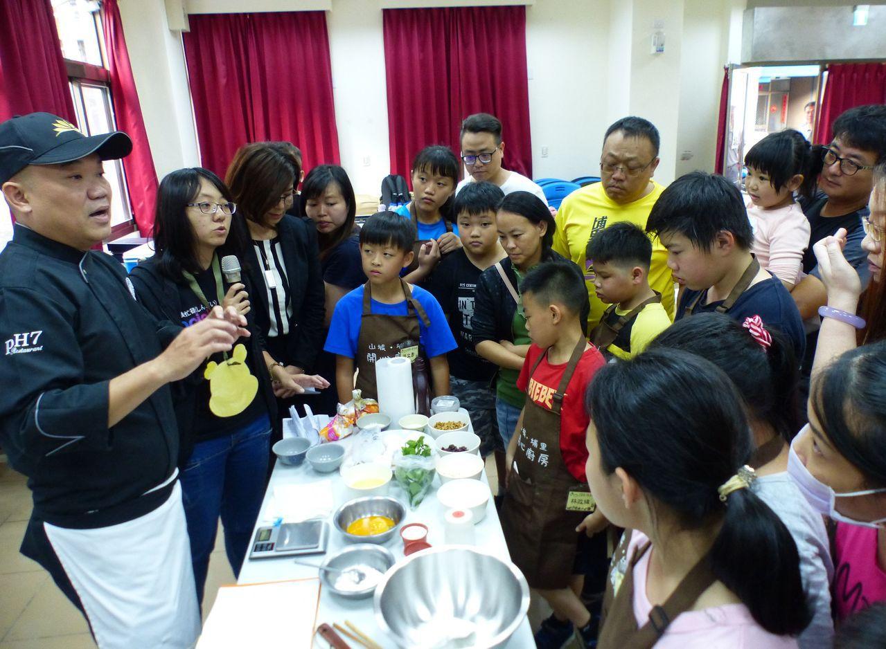 「兒童開心廚房」社團日前舉辦親子共廚,由主廚黃鴻華(左)教授製做舒芙蕾甜點技巧。...