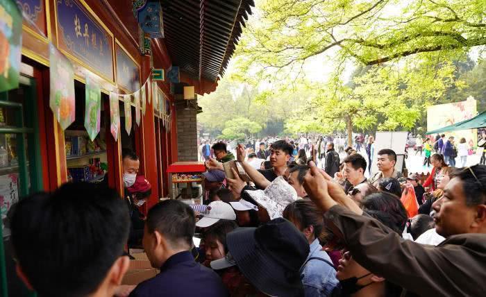 91歲的北京景山公園四月正是牡丹花季,今年首次推出花季應景的景山牡丹冰淇淋,一天...