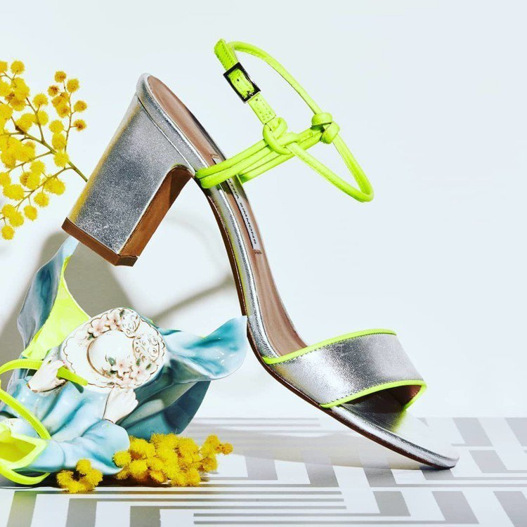 Tabitha Simmons的Leticia系列涼鞋有螢光、金屬設計。圖/取自...