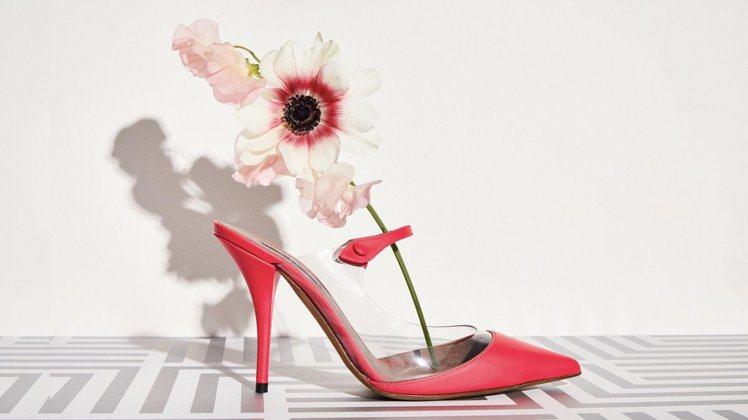 Tabitha Simmons螢光桃紅配襯PVC材質的春夏系列。圖/取自IG