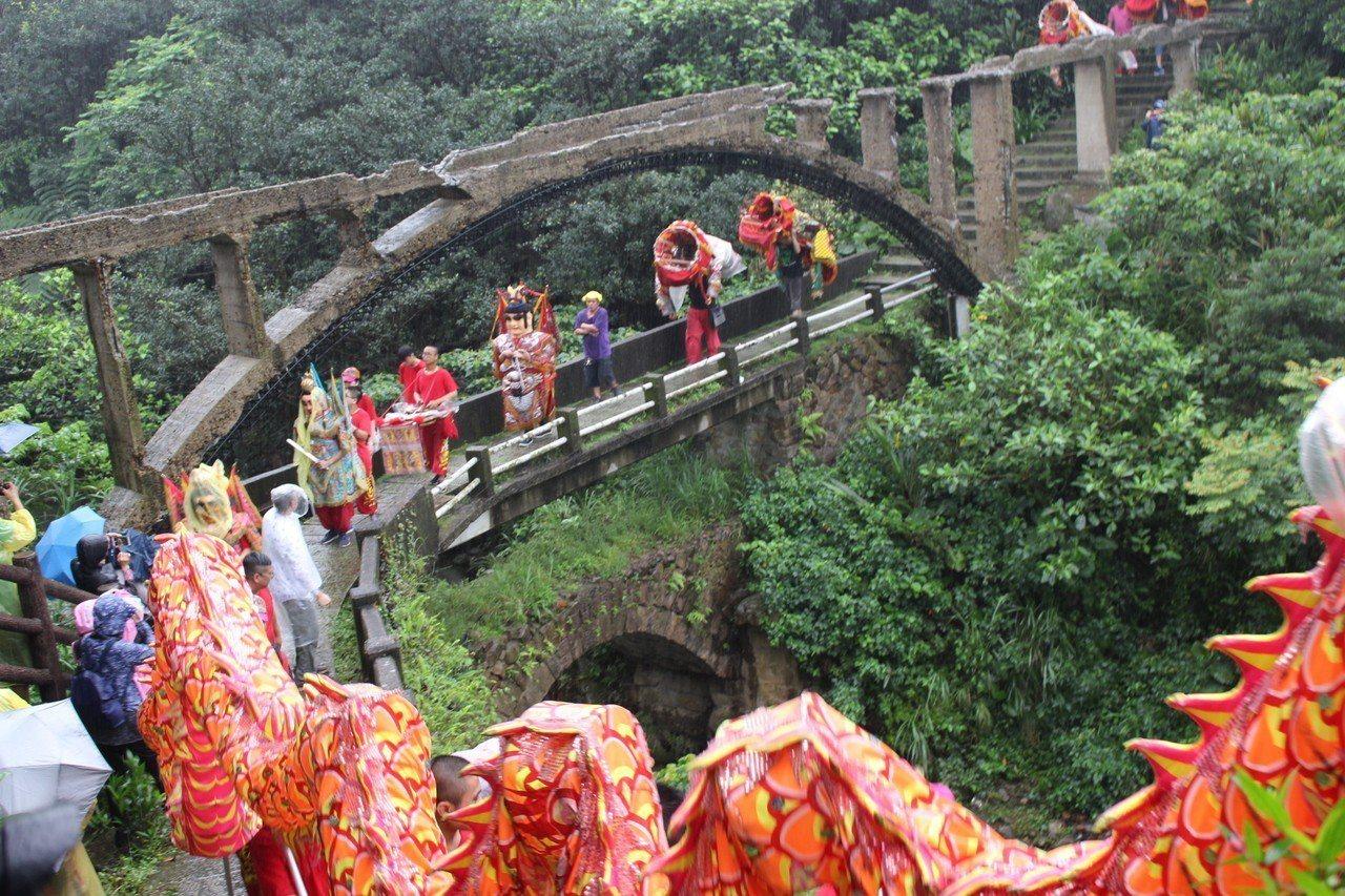 「金瓜石迎媽祖」鑾轎會經過上上下下階梯,途中也穿越市定古蹟金瓜石礦業圳道及圳橋,...