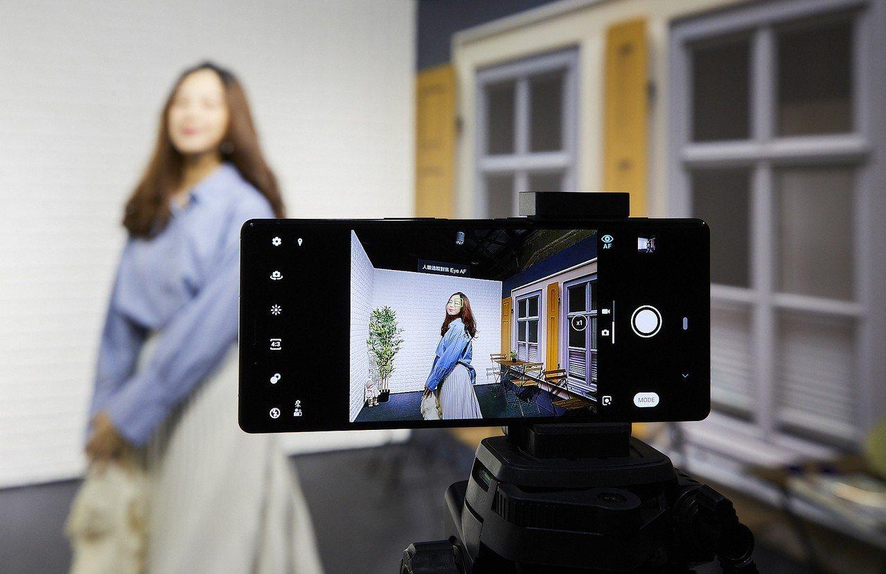 Xperia 1搭載全新3鏡頭相機,結合Sony α相機技術,具備「人眼追蹤對焦...