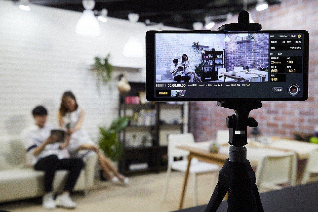 全新Cinema Pro電影級專業錄影功能,具有8種色彩濾鏡風格讓照片和影片更具...