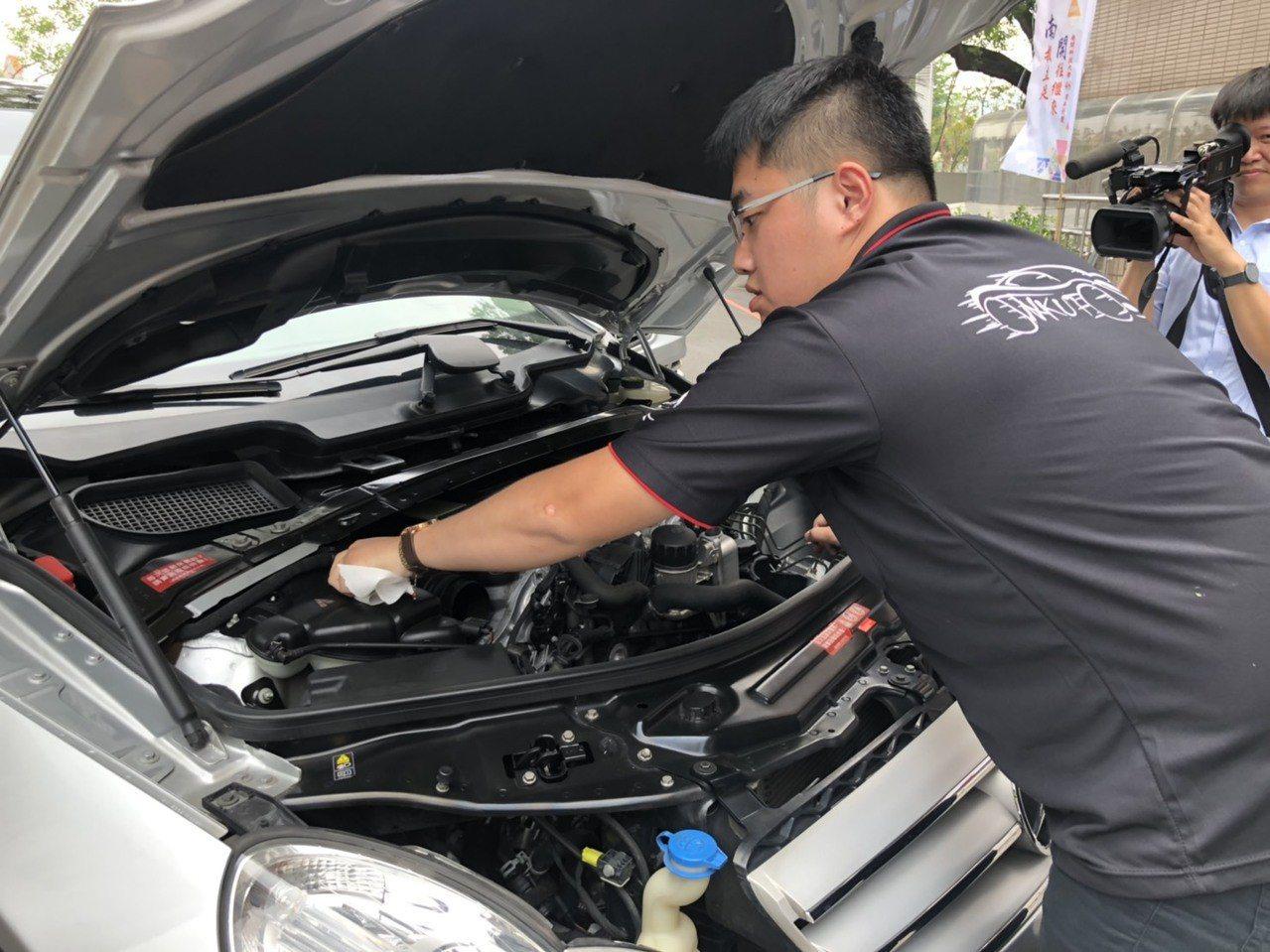 南開科大今天啟用國內首座「先進車輛機電整合技術中心」,學生熟練檢查賓士車的引擎設...