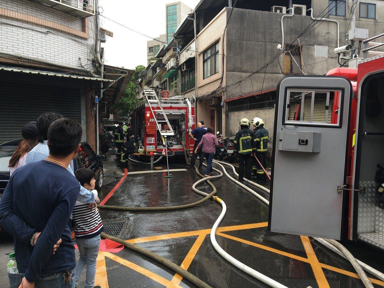 台北市延平北路四段巷弄一處2層樓公寓頂樓加蓋鐵皮屋,今天下午4時許發生火警。記者...