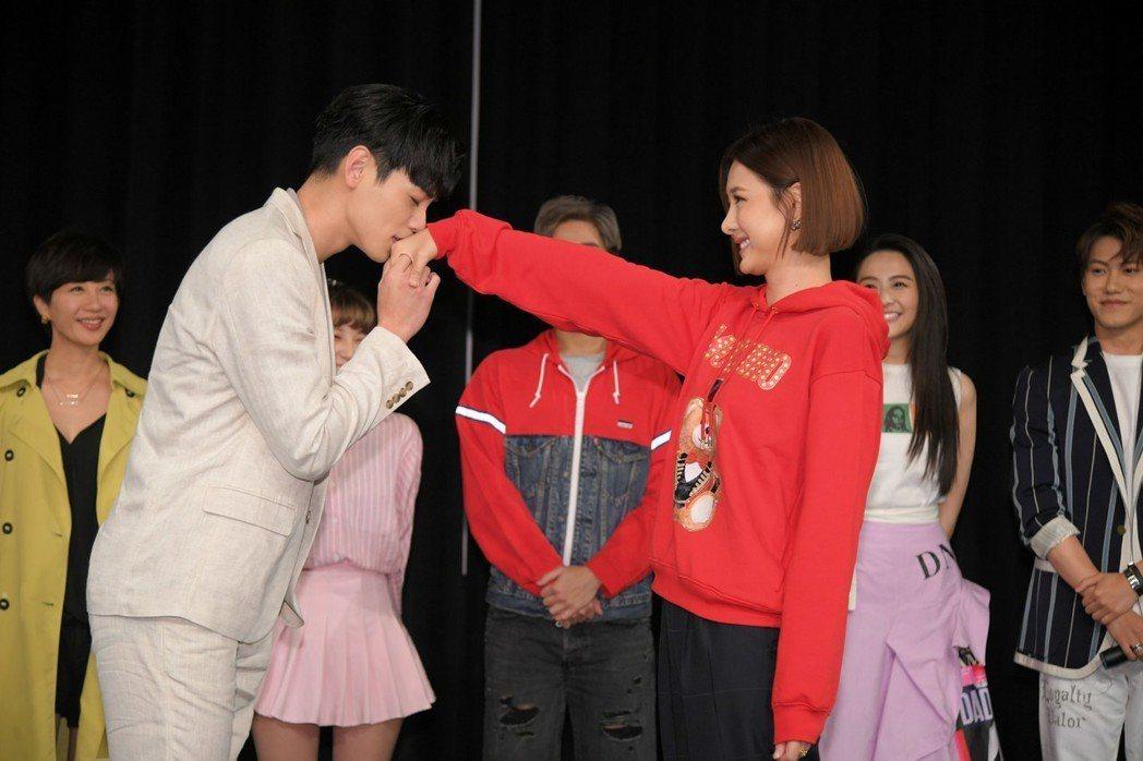 禾浩辰(左)和安心亞在粉絲見面會中玩遊戲。圖/三立提供