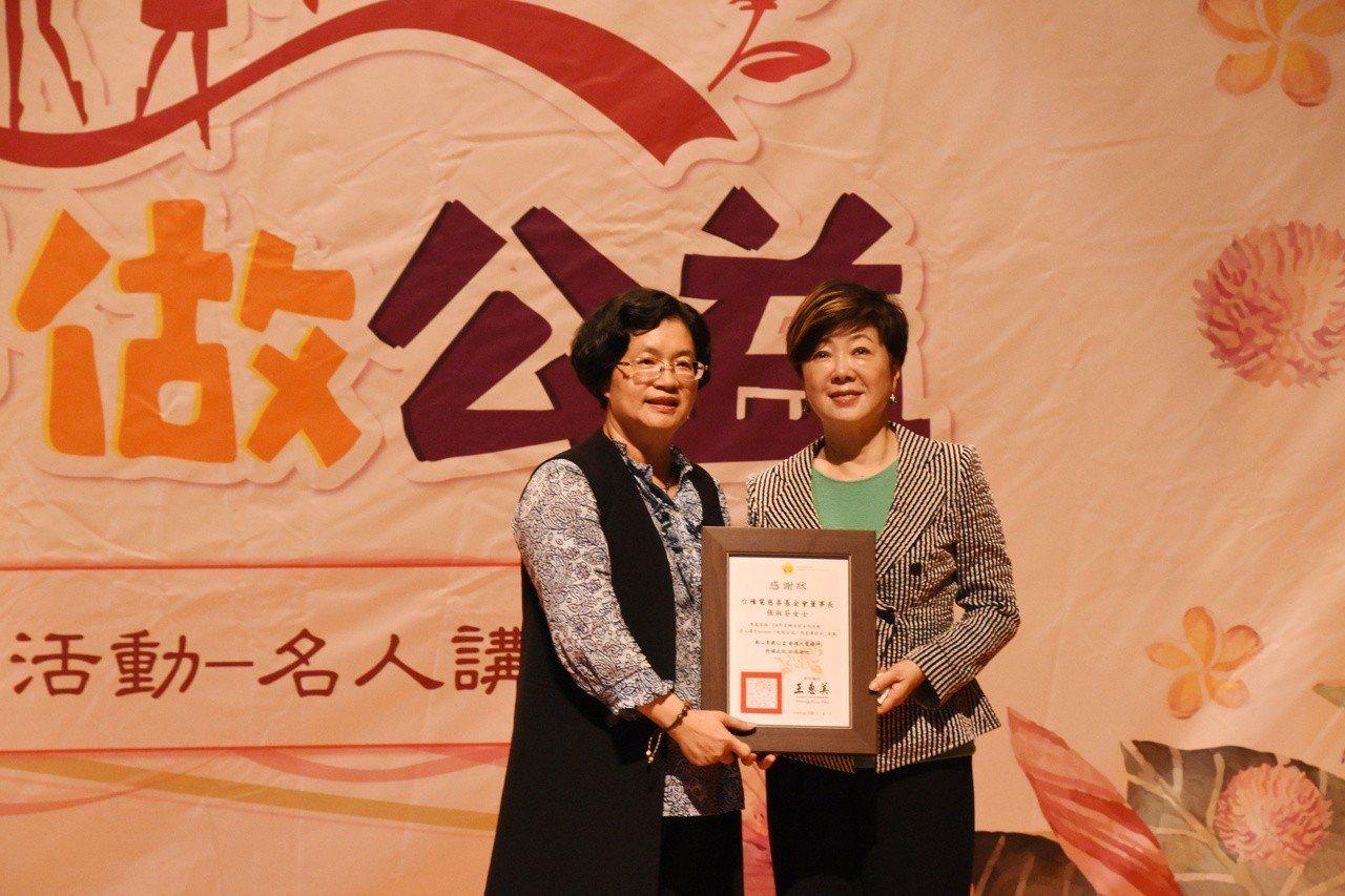 彰化縣長王惠美贈送感謝狀給台積電慈善基金會董事長張淑芬(右)。記者劉明岩/攝影