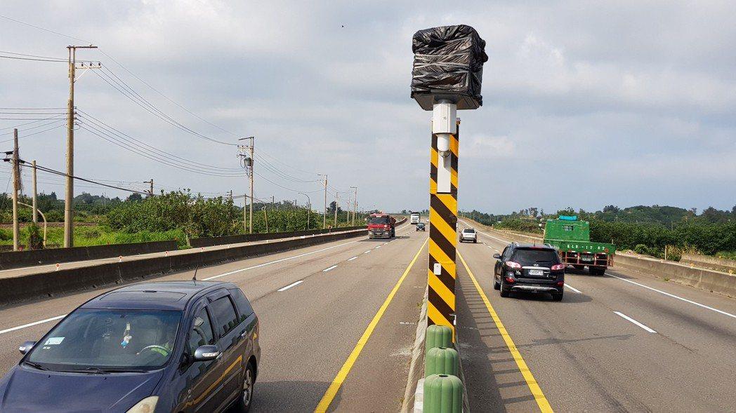 西濱公路後龍路段新設固定測速照相桿,可以轉向,南北向都可測照取締。記者黃瑞典/攝...