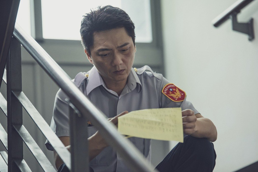 藍葦華多次飾演警察,「夏之橘」飾演地方法院法警。圖/華視提供