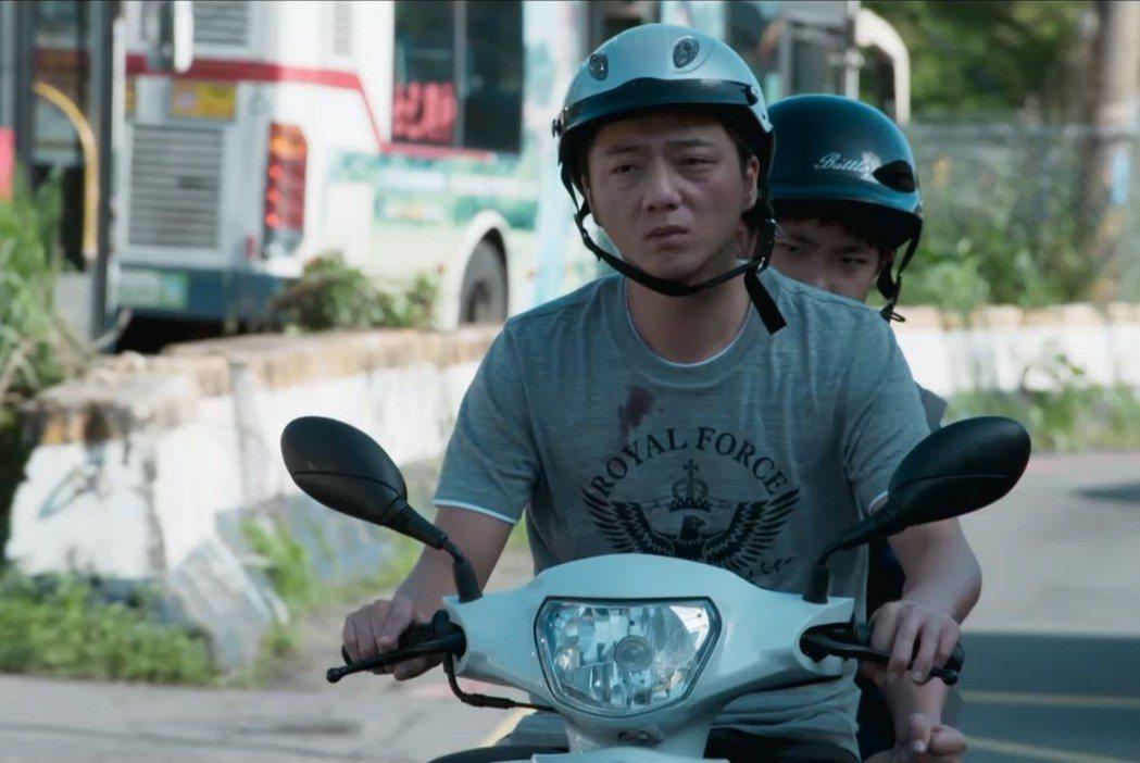 藍葦華、謝飛飾演父子。圖/華視提供