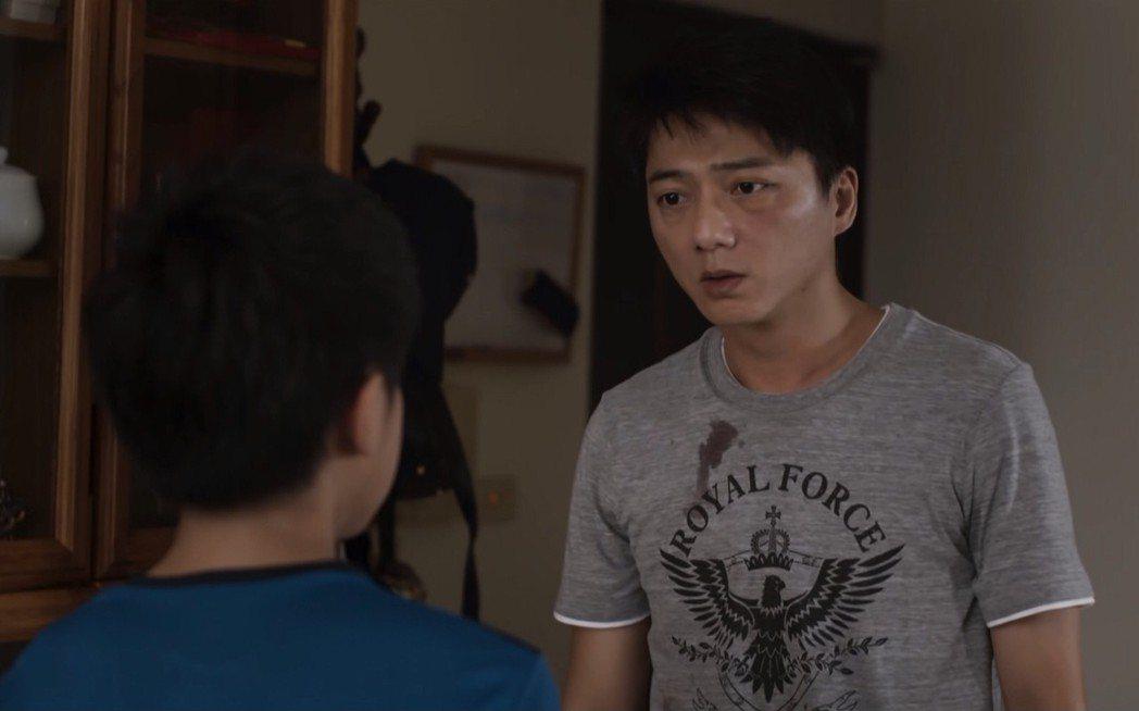 藍葦華在「夏之橘」首度演出家暴戲,對劇中妻兒動手。圖/華視提供