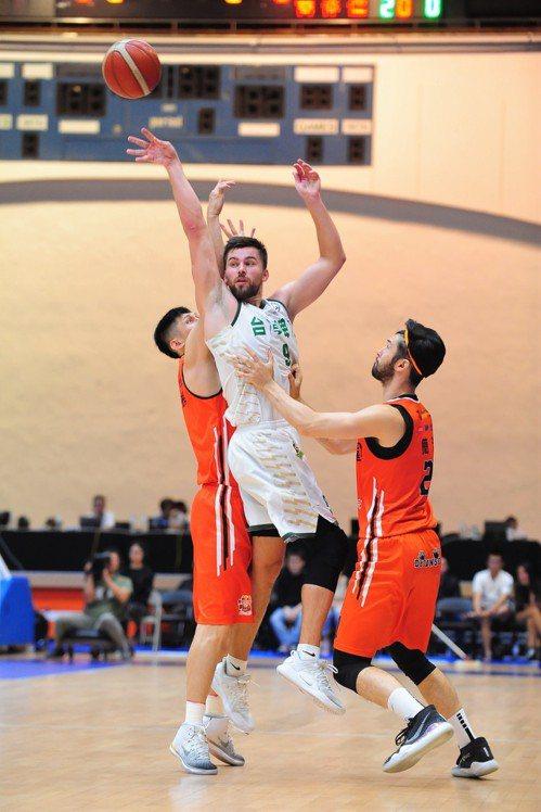 台啤洋將愛德(中)攻下15分、6籃板、6助攻。圖/中華籃球協會提供