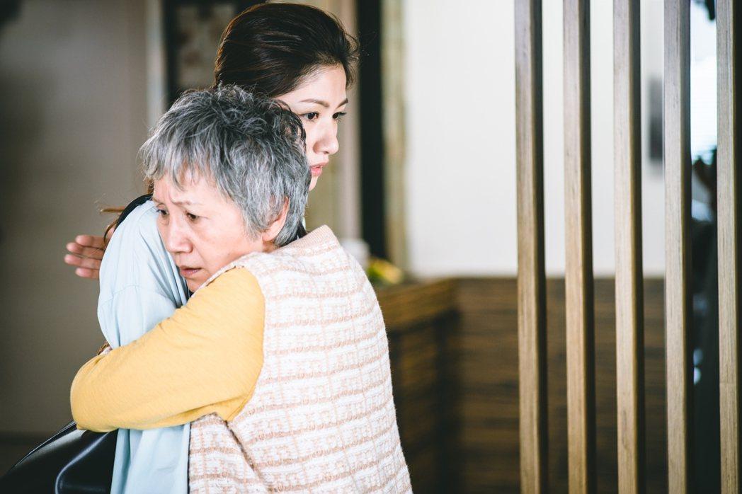 陸弈靜(右)戲裡戲外都給飾演媳婦的李千那「愛的抱抱」。圖/民視提供