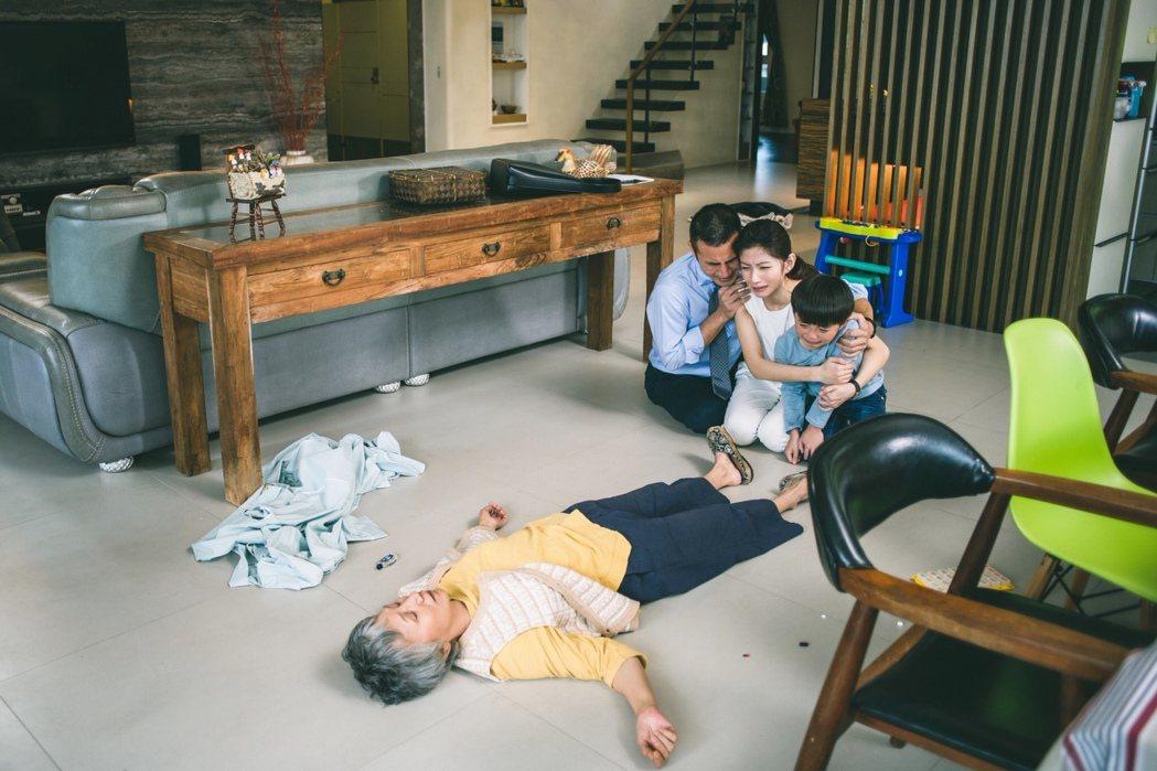 陸弈靜(左起)在戲中倒地,飾演兒子的傅子純、媳婦李千那抱著稚兒哭成一團。圖/民視...