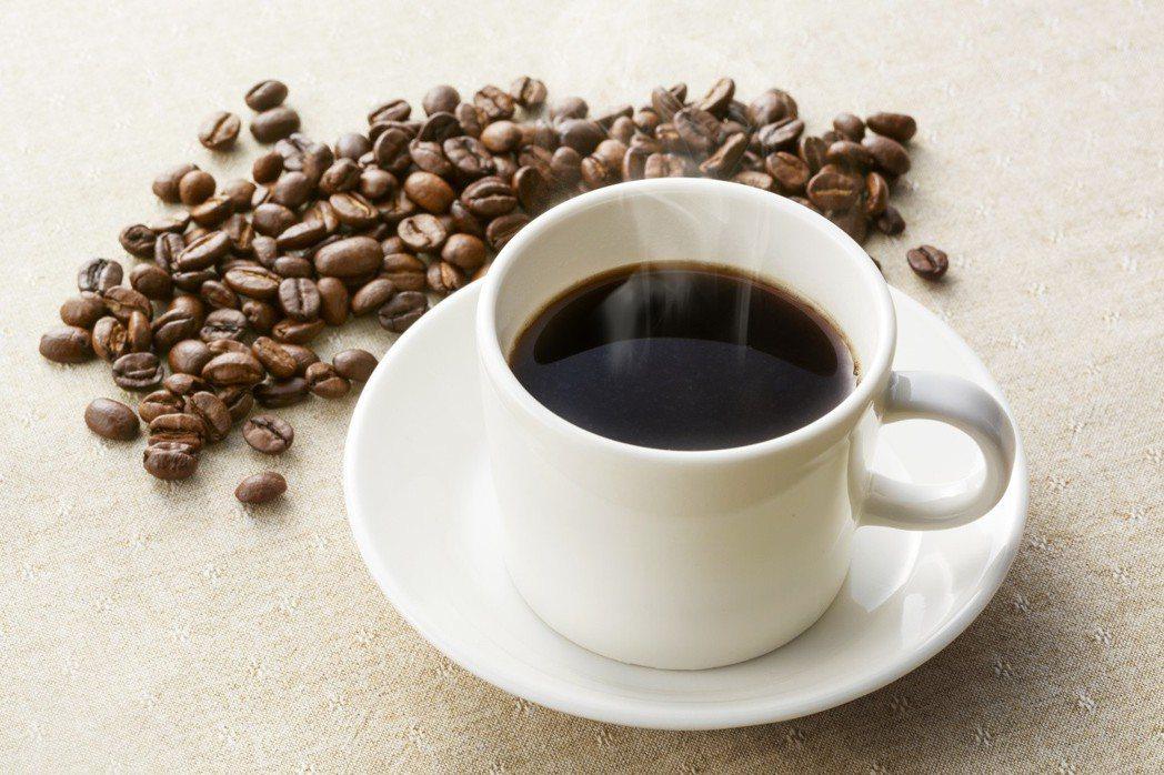 有人習慣頭痛時來杯咖啡,但咖啡是否真能緩解頭痛?答案是,咖啡可能減緩他的頭痛,卻...