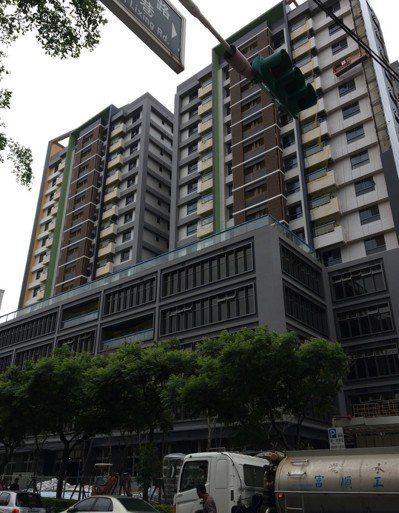 桃園市首間社會住宅「中路二號」幾近完工,市府前天起一連兩天安排64戶政策戶,到中...