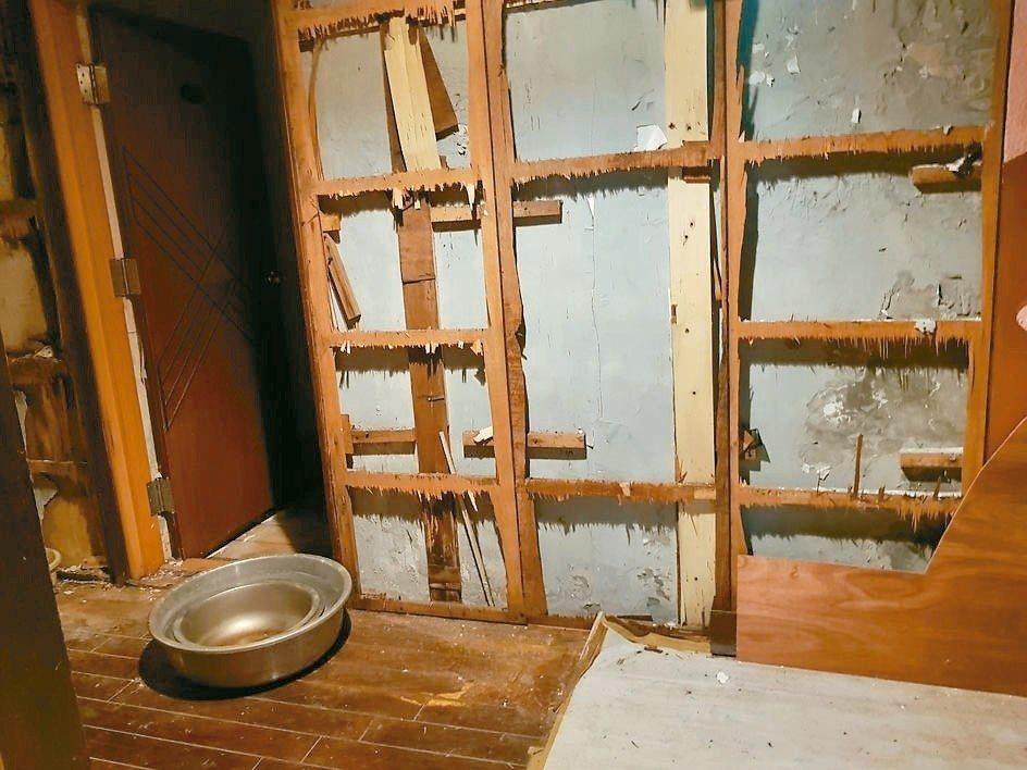 古蹟吟松閣屋頂整修,但內部已因長期漏水崩壞。 圖/議員楊靜宇提供