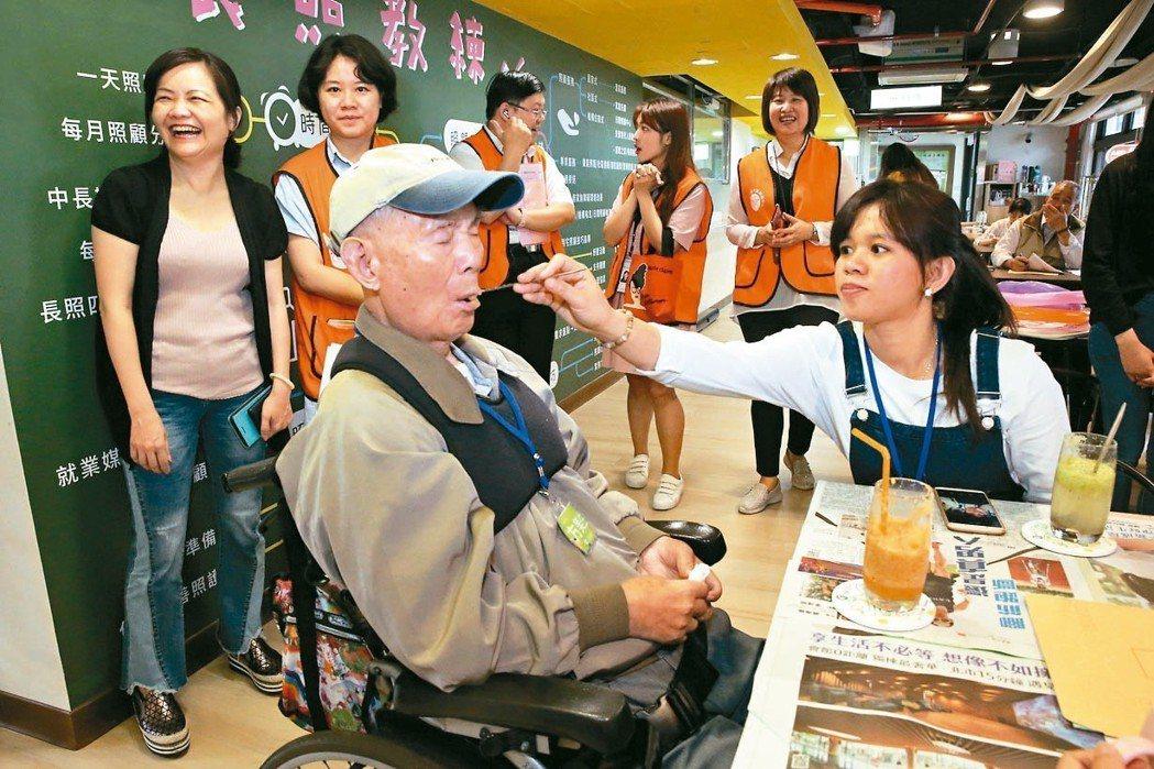 台北市勞動局昨天舉行移工家庭日活動,移工及雇主家庭,親切分享互動。 記者林俊良/...
