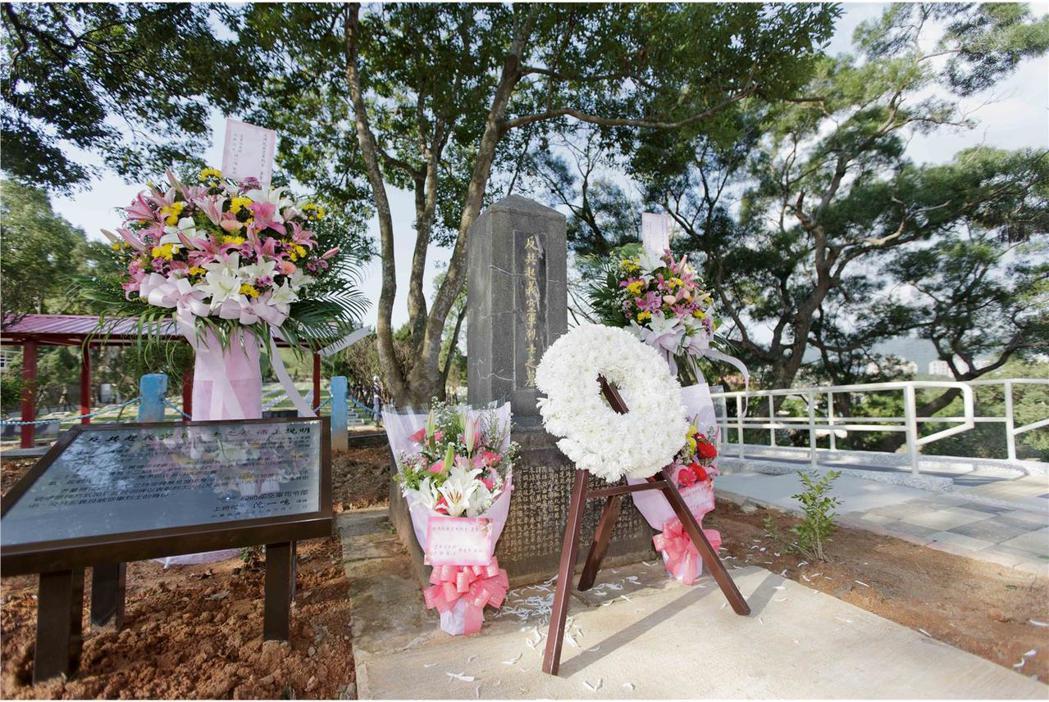 去年1月12日,空軍在碧潭公墓的反共義士墓旁豎立說明板,說明楊得才的身分。圖/國...