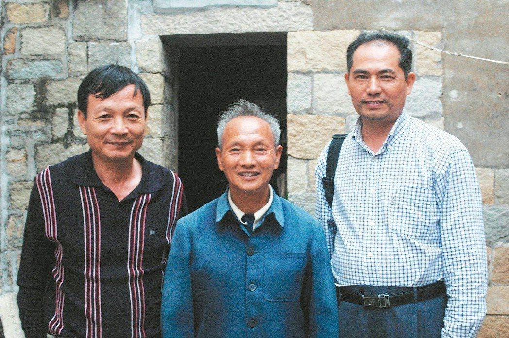 當年親自監督埋屍的范文富老先生(中),衷心希望兩岸政府能厚葬機組員。在他左右的,...