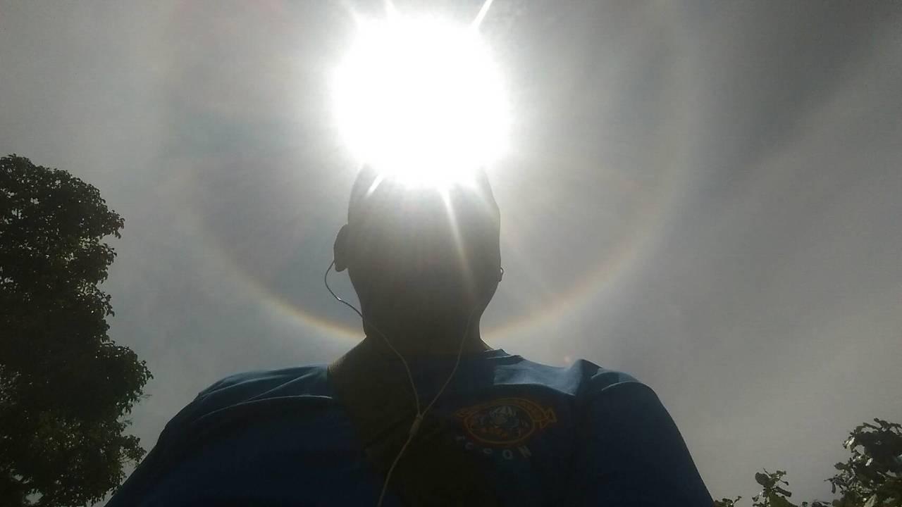 不少民眾搞起KUSO自拍照,頭頂發光,好比神明。記者尤聰光/翻攝