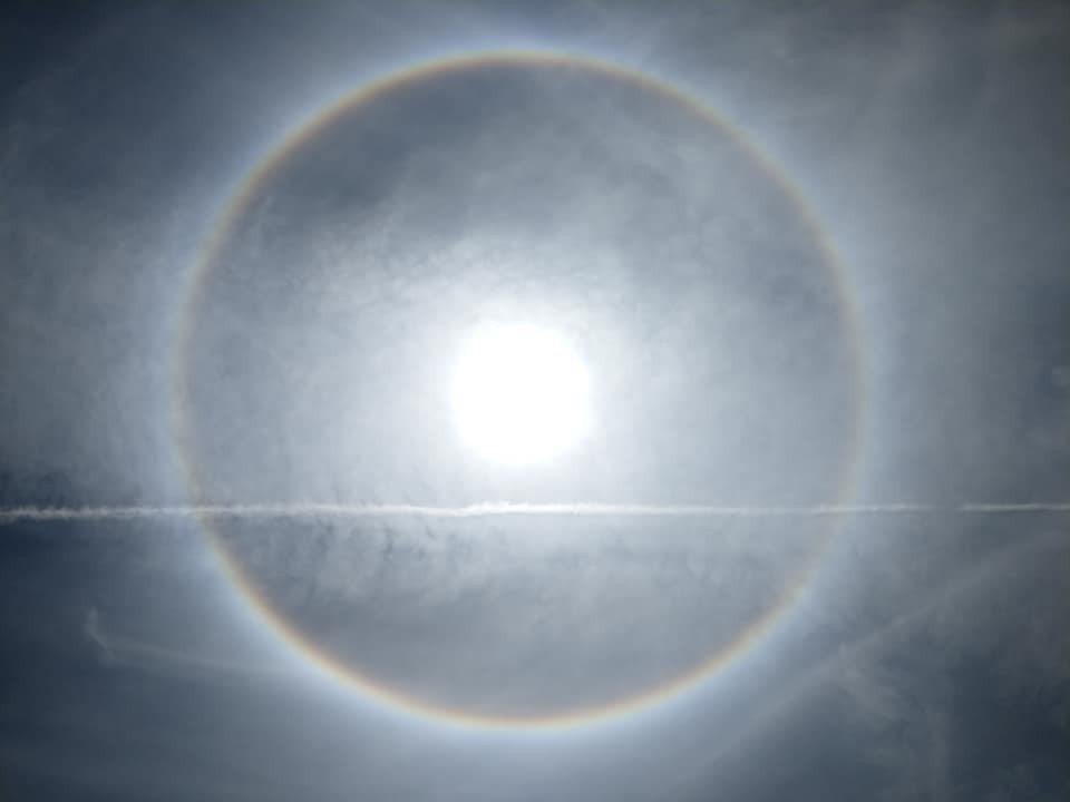 台東天空昨天出現自然奇景「日暈」現象,特別的是還有疑似飛彈試射後留下一箭穿心的影...