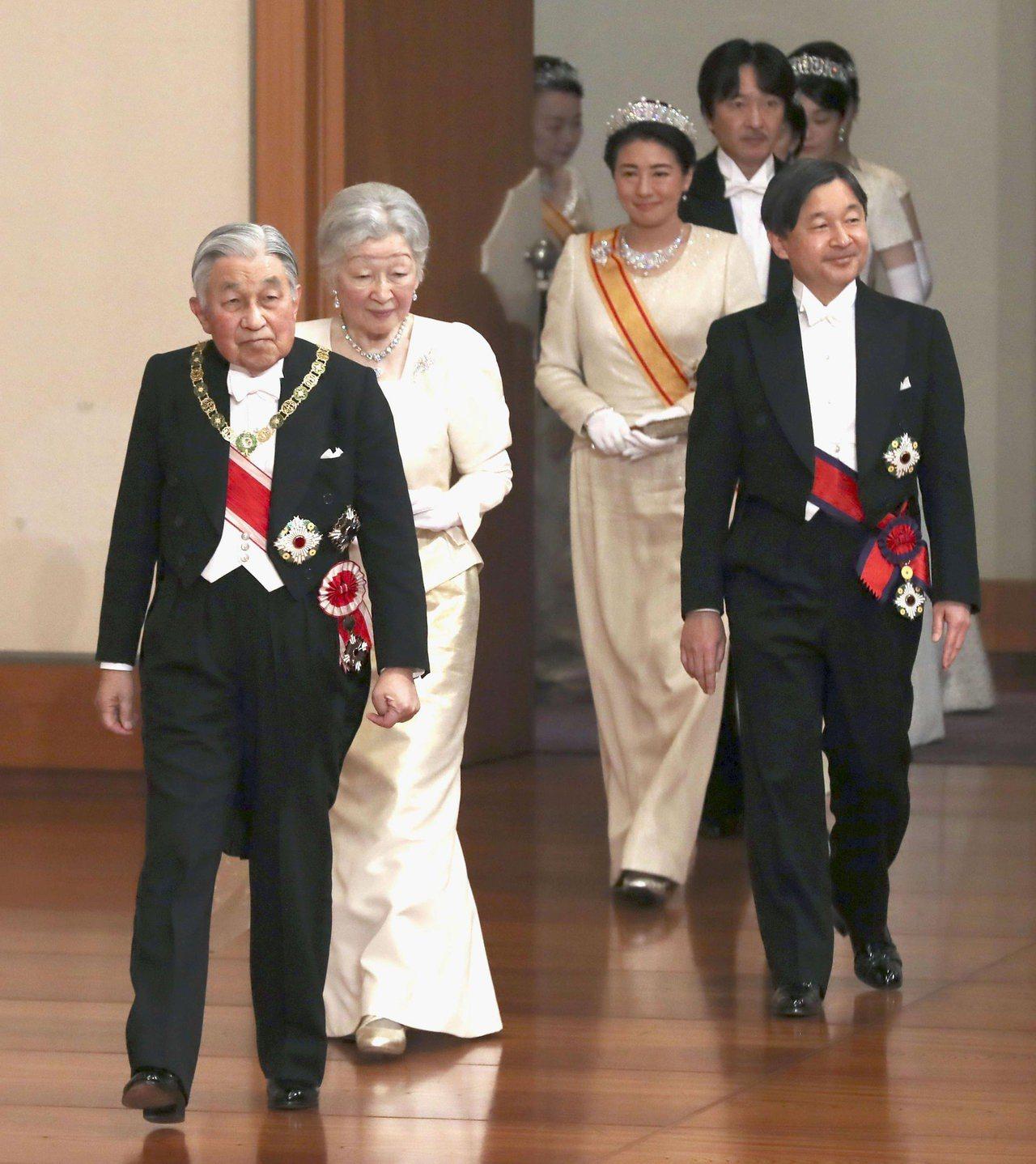 日本天皇(左一)5月1日退位,由皇太子德仁(右一)接任,圖為皇室出席儀式接受新年...