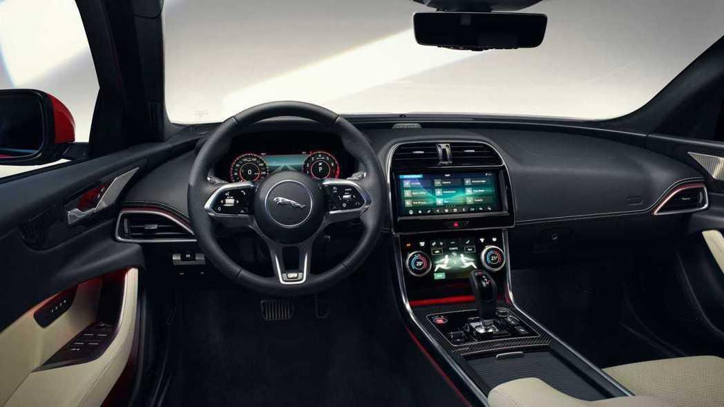 小改款Jaguar XE也加大螢幕,但設計總監似乎不以為然。 摘自Jaguar