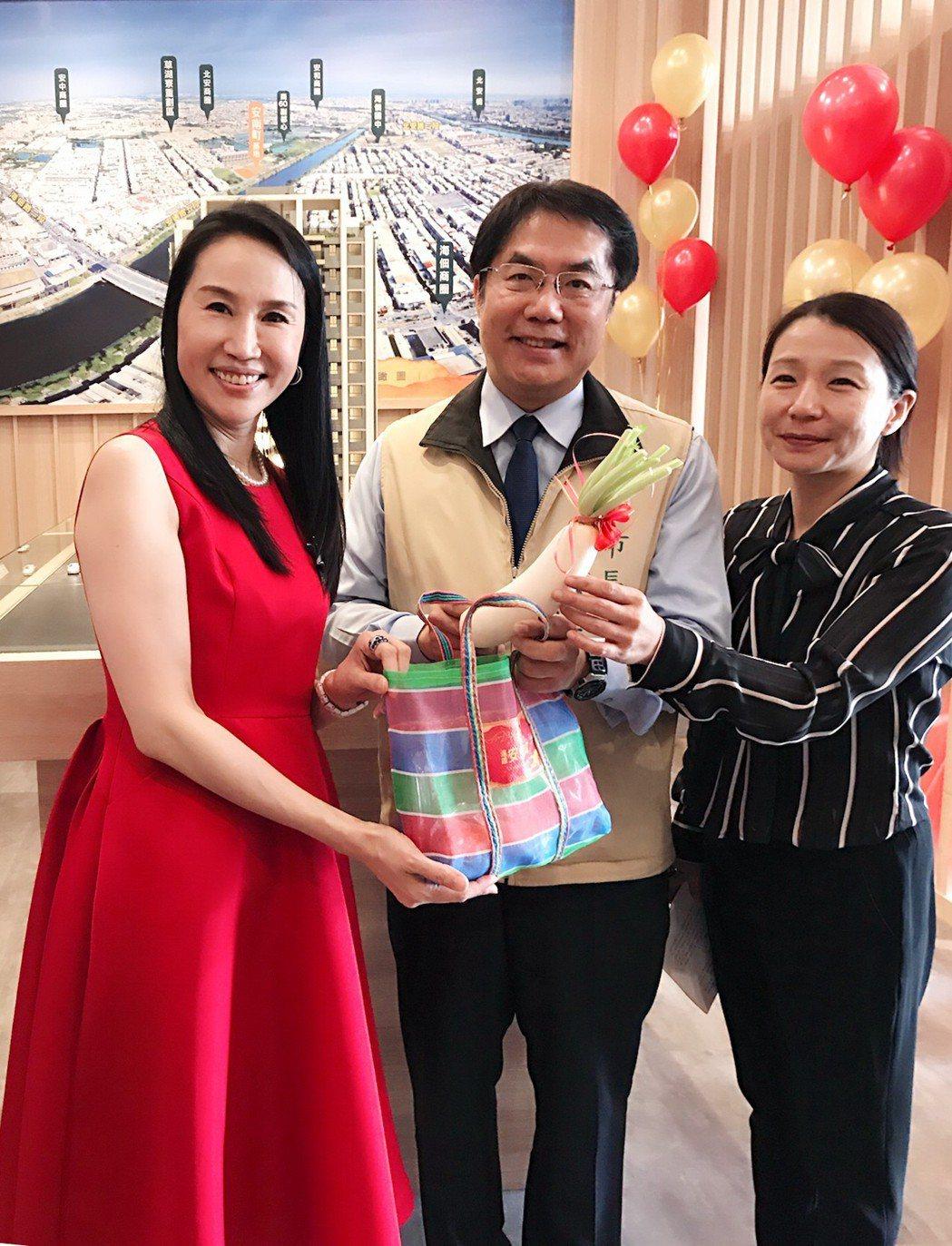 台南市長黃偉哲(中)親自到「遠雄安南町」感恩餐會致意,左起遠雄房地產總經理張麗蓉...
