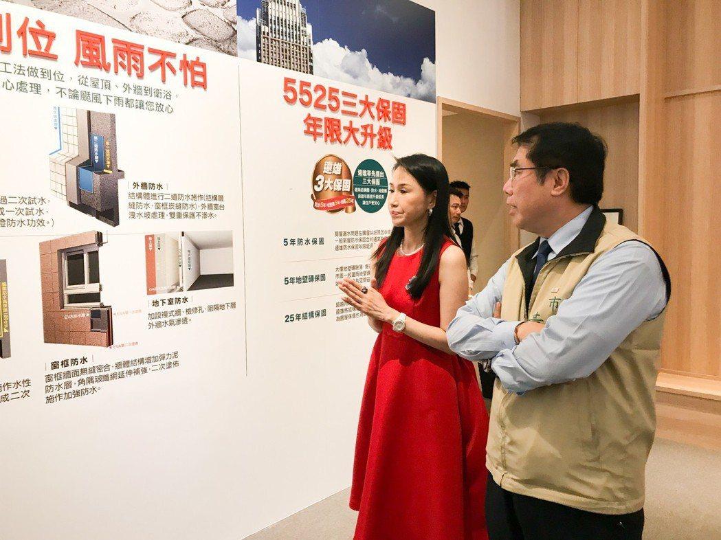 遠雄房地產總經理張麗蓉(左)向台南市長黃偉哲介紹遠雄建案的結構安全及售後服務。 ...