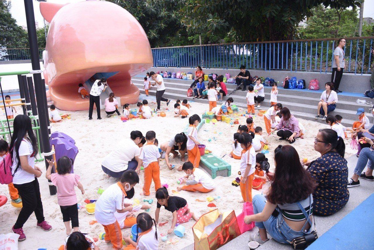 花蓮市公所將游泳池變身戲沙池,邀請親子來體驗。圖/市公所提供