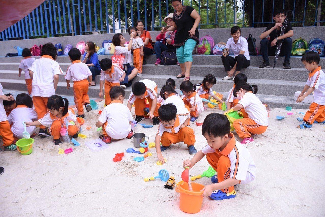 花蓮市公所將游泳池變身戲沙池,5月起周休二日也開放親子體驗。圖/花蓮市公所提供