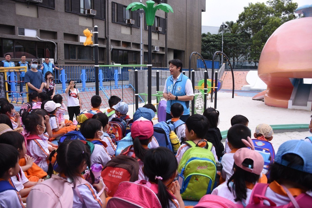 花蓮市長魏嘉賢重視親子遊戲空間,公所投入1300萬元,將將游泳池變身戲沙池。圖/...