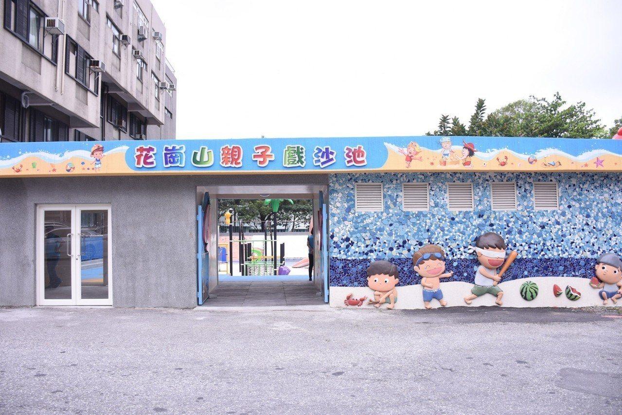 花蓮市公所將游泳池變身戲沙池,5月起周休二日開放親子體驗。圖/市公所提供