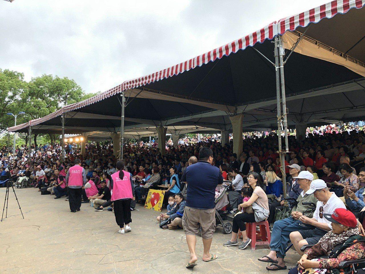 民眾下午聚集在大安森林公園的音樂會享受表演。記者劉柏均/攝影