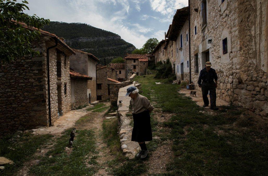 西班牙東部高地萊斯特雷利亞村一對84歲的老夫婦,是過去30多年該村的唯二居民。路...