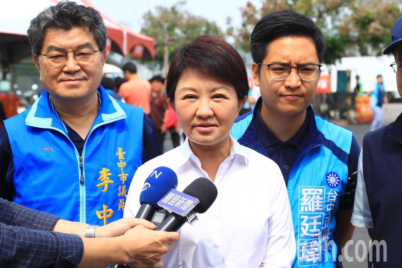 台中市長盧秀燕要求總統蔡英文説清楚是否用中部人的肺發電。記者陳秋雲/攝影