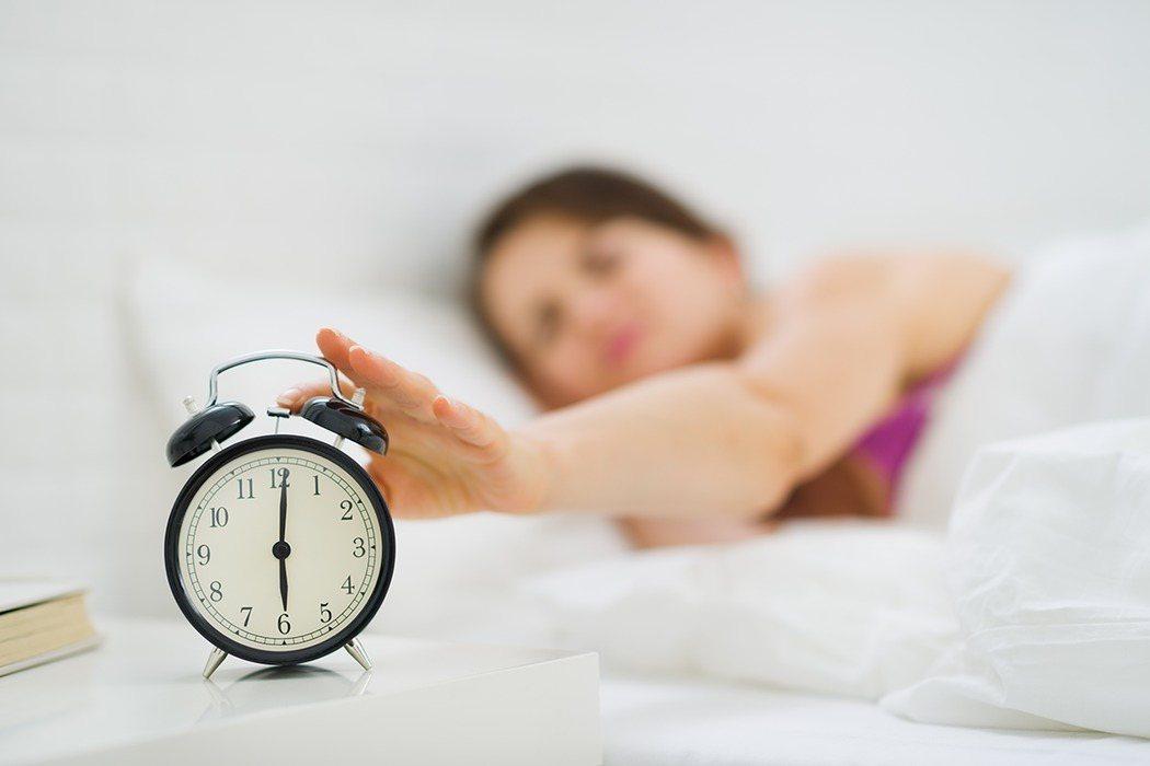 規律運動雖然能幫助睡眠,但醫師提醒,睡前4小時應避免激烈運動,以免讓大腦難以進入...