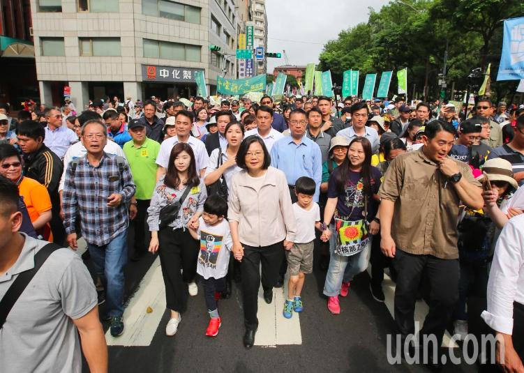 蔡英文總統(中)昨天下午參加廢核大遊行。記者林澔一/攝影