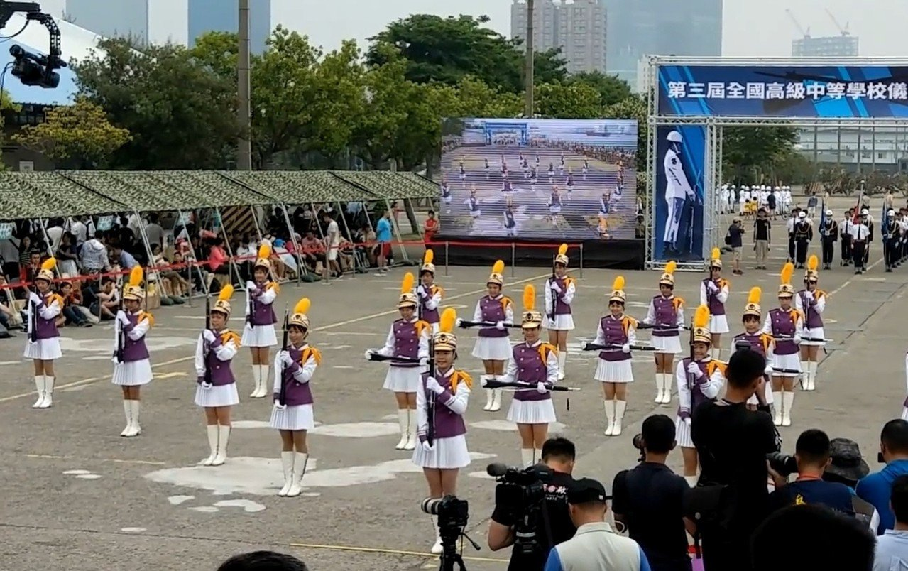 台南女中儀隊表演拿到國防部競賽初選冠軍。圖/取自網路