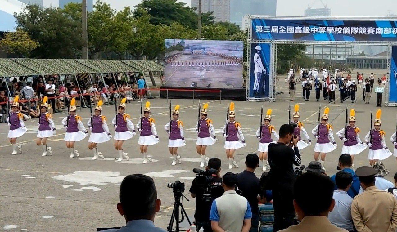台南女中儀隊有拉小短裙的可愛動作。圖/取自網路