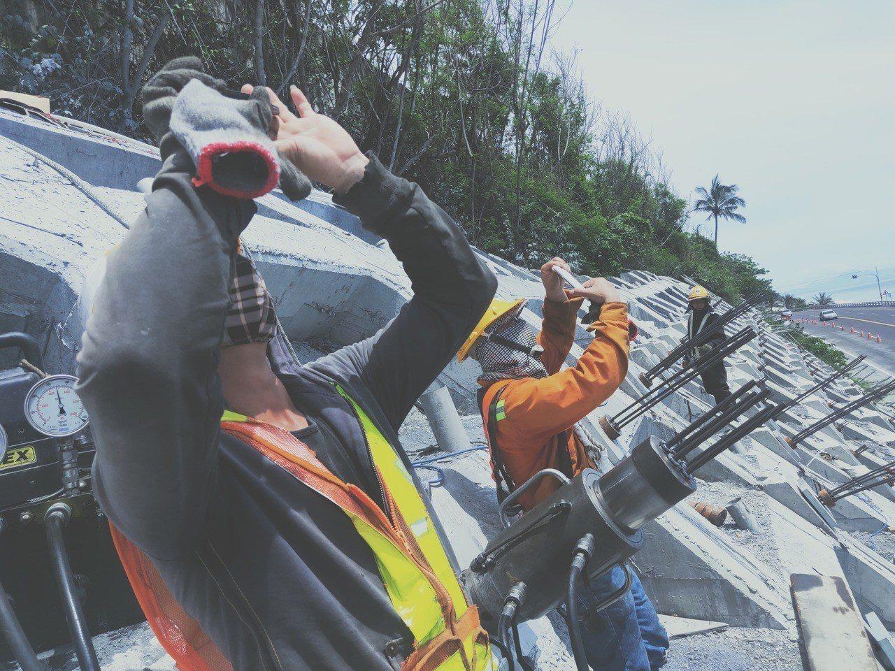 台東「日暈」魅力,連工人也難以抗拒,大家拿起手機對著天空猛拍。圖/李姓讀者提供