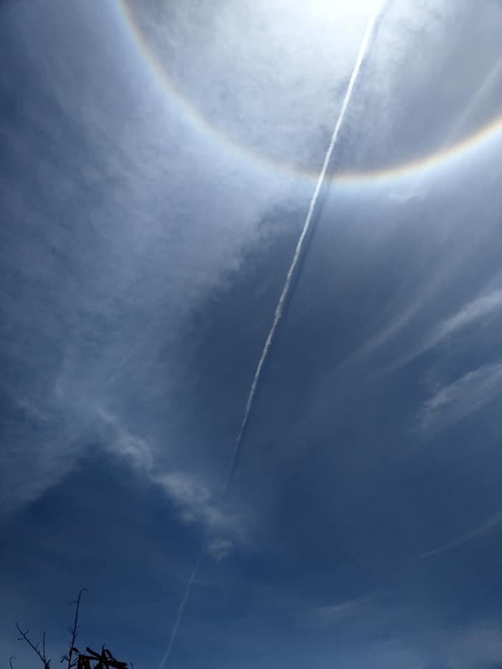 台東天空今天出現自然奇景「日暈」現象,特別的是還有疑似飛彈試射後留下一箭穿心的影...