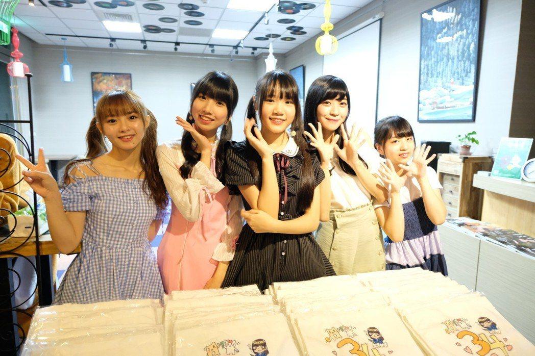 陳詩雅(左起)、鄭佳郁、李采潔、劉潔明、林潔心和粉絲相聚。圖/好言娛樂提供