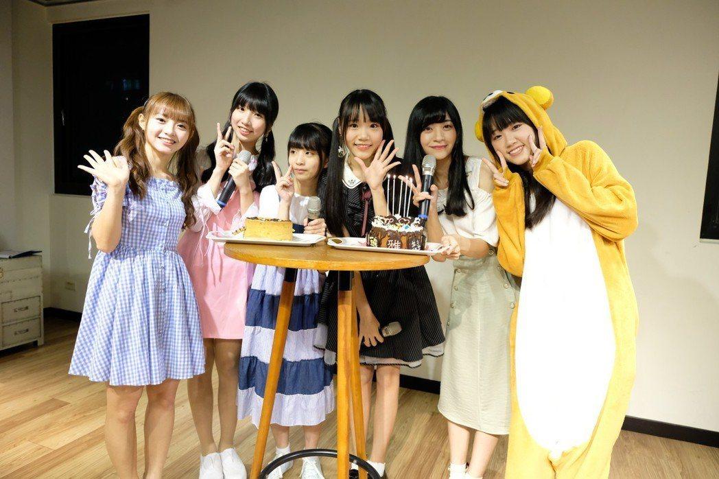 陳詩雅(左起)、鄭佳郁、林潔心、李采潔、劉潔明、李佳俐一起慶生。圖/好言娛樂提供