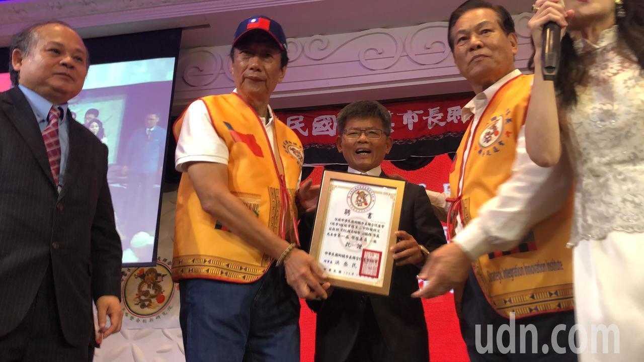 鴻海集團董事長郭台銘今天受訪,他表示民進黨是街頭對抗公投。記者陳秋雲/攝影