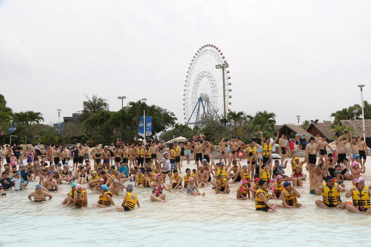 大海嘯有8尺巨浪,讓遊客清涼一夏。圖/麗寶樂園提供